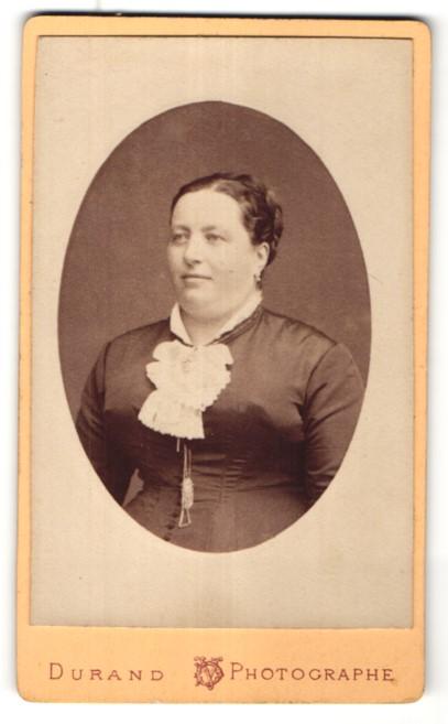 Fotografie Durand, Paris, Portrait hübsche Frau mit Schleife am Kragen