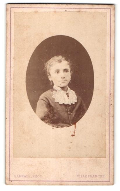 Fotografie Barnabe, Villefranche, Portrait junges Mädchen mit Ohrringen und hübscher Bluse
