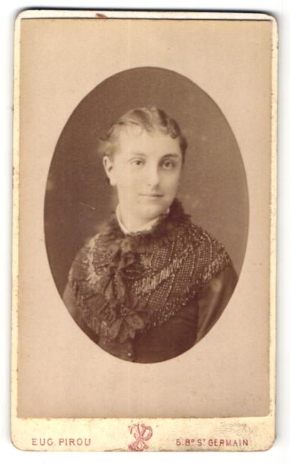Fotografie Eu. Pirou, Paris, Portrait junge Frau in edler Bluse mit Stickerei