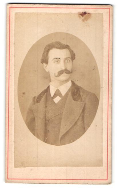 Fotografie Fotograf & Ort unbekannt, Portrait junger Mann mit Schnurrbart im Anzug