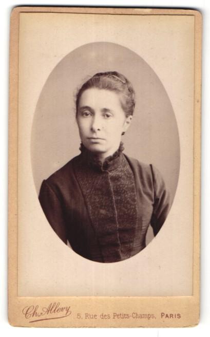 Fotografie Ch. Allevy, Paris, Portrait hübsche junge Frau mit Haarspangen in edler Bluse
