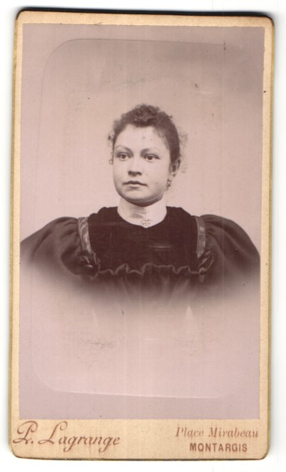 Fotografie L. Lagrange, Montargis, Portrait hübsche Frau in edler Rüschenbluse