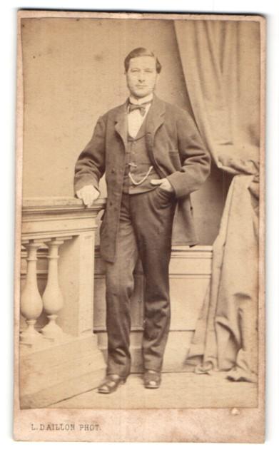 Fotografie L. Daillon, Paris, edler Herr im Anzug mit Schleife