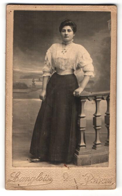 Fotografie Langlois, Paris, hübsche junge Frau in edler Rüschenbluse und Halskette