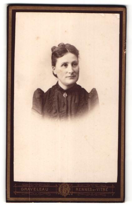 Fotografie Graveleau, Rennes, Portrait hübsche Dame in edler Bluse mit Stickerei und Brosche am Kragen