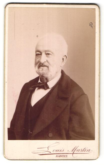 Fotografie Louis Martin, Nantes, Portrait älterer Herr mit Vollbart im Anzug