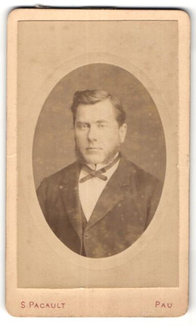 Fotografie S. Pacault, Pau, Portrait junger Mann in edlem Anzug mit Schleife