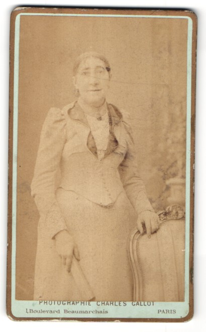 Fotografie Charles Gallot, Paris, ältere Dame in edlem Kleid am Stuhl stehend