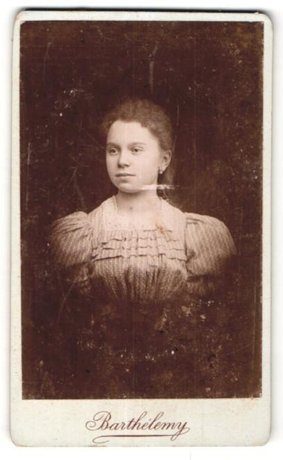 Fotografie Barthelemy, Nancy, Portrait hübsches Mädchen in edler Rüschenbluse