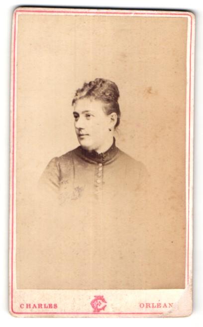 Fotografie Charles, Orleans, Portrait hübsche junge Frau mit Dutt in edler Bluse