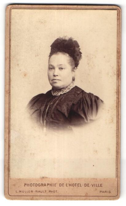 Fotografie L. Muller-Rault, Paris, Portrait hübsche Dame mit Haarschmuck in edler Bluse