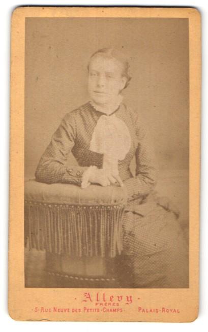 Fotografie Allevy Freres, Paris, junge Frau in edler Bluse mit Schleife am Kragen