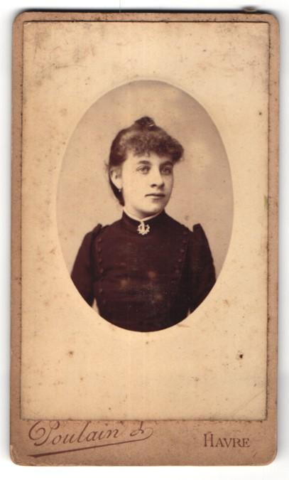 Fotografie Poulain, Havre, Portrait junge Frau mit Brosche am Kragen