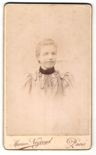 Fotografie Marius Neyroud, Paris, Portrait hübsche junge Dame in edler Bluse mit Stickerei
