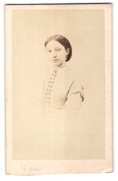 Fotografie Mayer & Pierson, Paris, Portrait hübsches Mädchen mit Ohrringen in edler Bluse