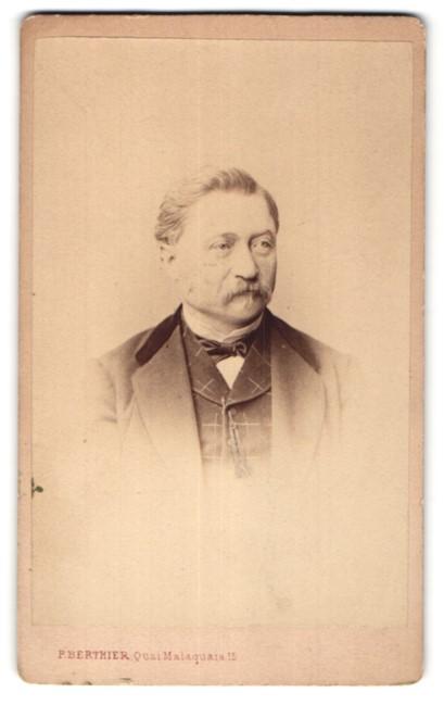 Fotografie P. Berthier, Paris, Portrait älterer Herr mit Vollbart im edlen Anzug