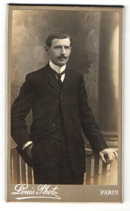 Fotografie Louis, Paris, junger Mann mit Schnurrbart im edlen Anzug