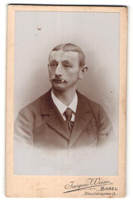 Fotografie Jacques Weiss, Basel, Portrait junger Mann mit Oberlippenbart im Anzug