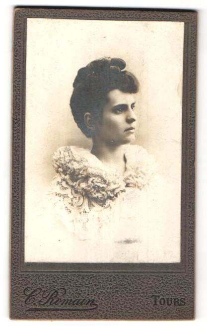Fotografie G. Romain, Tours, Portrait hübsche Dame mit Hochsteckfrisur in edler Rüschenbluse