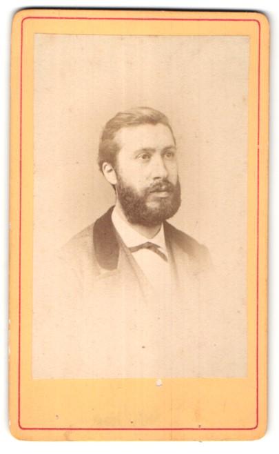 Fotografie Baudon, Montpellier, Portrait junger Mann mit Vollbart im edlen Anzug