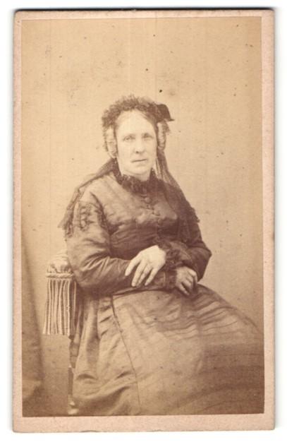 Fotografie G. Le Gray & Cie, Paris, ältere Dame in edlem Kleid mit Haarschmuck
