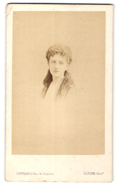 Fotografie Levitsky, Paris, Portrait junge hübsche Frau mit Flechtfrisur in edler Bluse