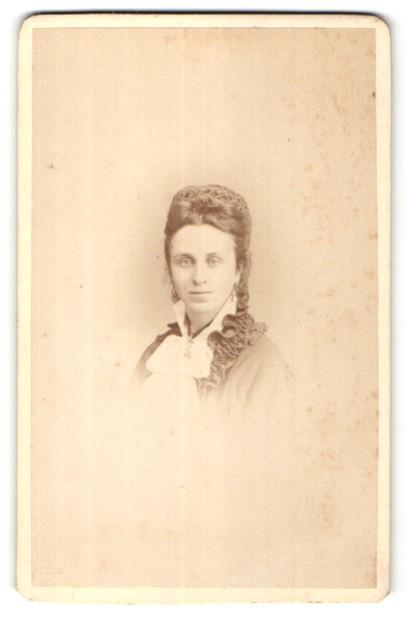Fotografie Leopold Dubois, Poitiers, Portrait hübsche junge Frau mit Haarnetz in edler Rüschenbluse