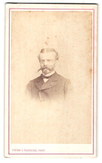 Fotografie Faedo & Temporel, Geneve, Portrait edler Herr mit Schnurrbart im Anzug
