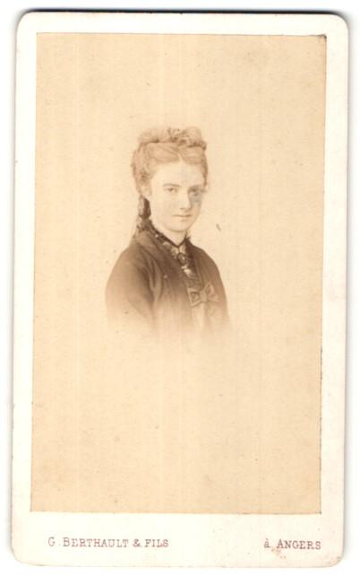 Fotografie G. Berthault & Fils, Angers, Portrait hübsche junge Frau mit Hochsteckfrisur im edler Bluse mit Schleife