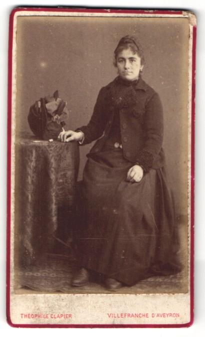 Fotografie Theophile Clapier, Villefranche-de-Rouergue, hübsche Dame im edlen Kleid am Tisch sitzend