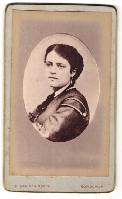 Fotografie F. van den Bosch, Bordeaux, Portrait junge Frau mit Ohrringen in hübscher Bluse