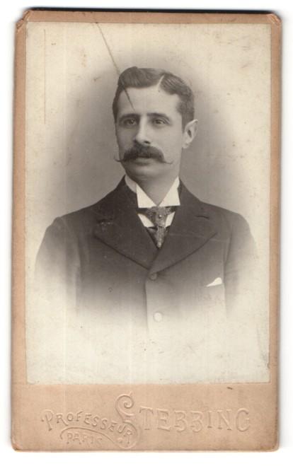 Fotografie Prof. Stebbing, Paris, Portrait junger Mann mit Oberlippenbart im Anzug mit Krawatte