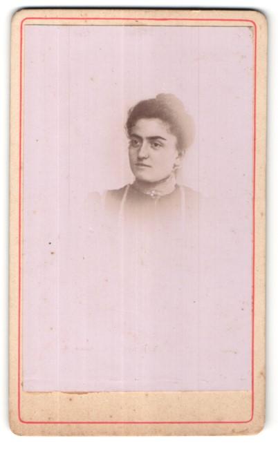 Fotografie E. Reneaud, Ort unbekannt, Portrait hübsche junge Frau mit Brosche am Kragen