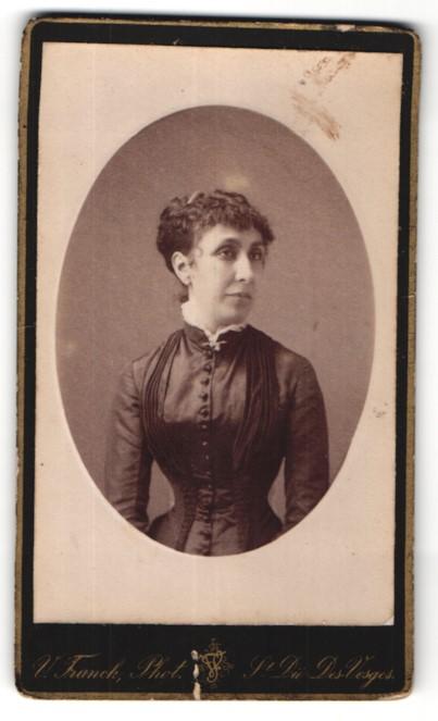 Fotografie V. Franck, Saint-Die-des-Vosges, Portrait hübsche Dame in edler Bluse mit Brosche
