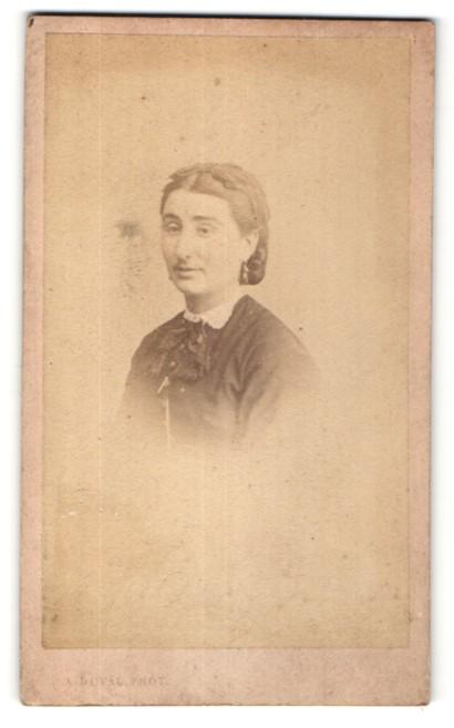 Fotografie A. Duval, Tours, Portrait junge Frau mit Haarschleife in edler Bluse