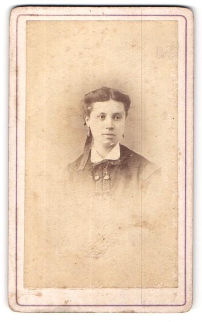 Fotografie Baudon, Montpellier, Portrait junge Frau mit Schleife im Haar und Halskette