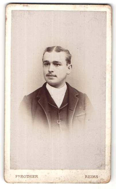 Fotografie F. Rothier, Reims, Portrait junger Mann mit Schnauzer im edlen Anzug