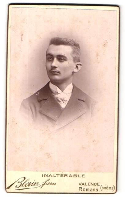 Fotografie Blain freres, Valence, Portrait junger Mann mit Oberlippenbart im edlen Anzug