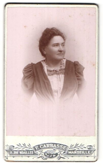 Fotografie F. Carbasse, Marseille, Portrait hübsche Dame in edler Rüschenbluse