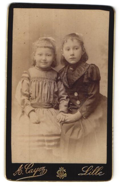 Fotografie A. Cayez, Lille, niedliche kleine Mädchen mit Haarschleifen in hübschen Kleidern