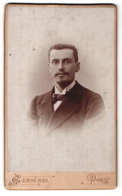 Fotografie A. Gerschel, Paris, Portrait junger Mann im Bart im edlen Anzug