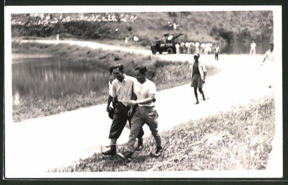 Foto-AK Bukit Batok, Hill Climb Race 1949, Motorradrennen in Singapur, drei Männer auf Rennstrecke
