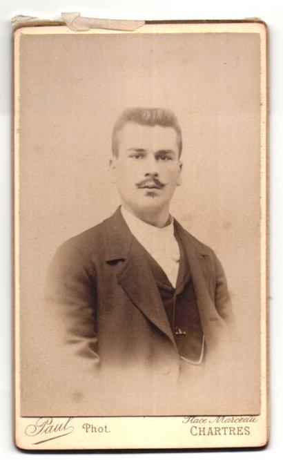 Fotografie Paul, Chartres, Portrait junger Mann mit Bürstenhaarschnitt