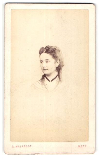Fotografie G. Malardot, Metz, Portrait Fräulein mit zeitgenöss. Frisur