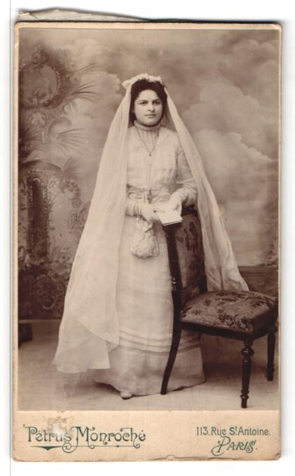 Fotografie Petrus Monroché, Paris, Portrait Mädchen in festlichem Kleid mit Schleier