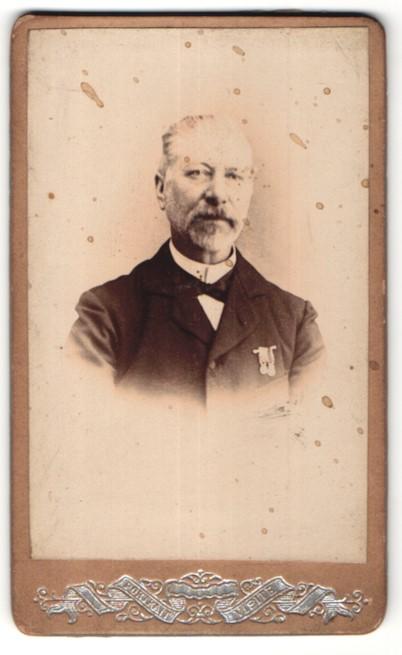Fotografie E. Barnabé, Dunkerque, Portrait Portrait älterer Herr mit Orden