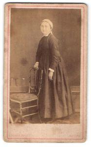 Fotografie Lorans, Nevers, Portrait Maid mit Kopftuch