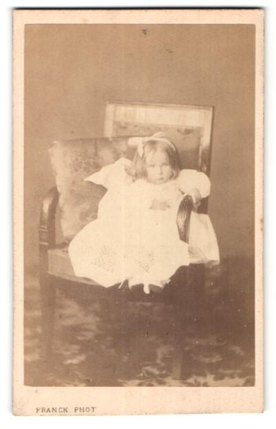 Fotografie Franck, Paris, Portrait kleines Mädchen in Kleidchen mit Haarschleife