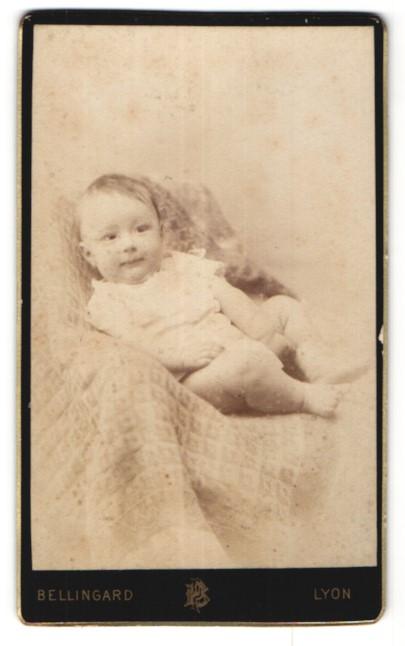 Fotografie Bellingard, Lyon, Portrait Säugling mit nackigen Füssen