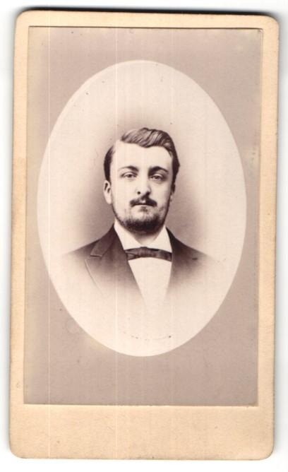 Fotografie H. Nastorg, Paris, Portrait junger Mann mit Vollbart
